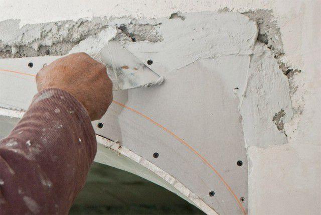 В первую очередь заделываются крупные щели между стеной и панелями гипсокартона