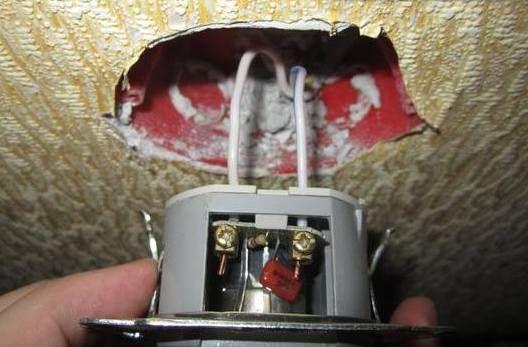 Подключаем провода и вставляем диммерв коробку