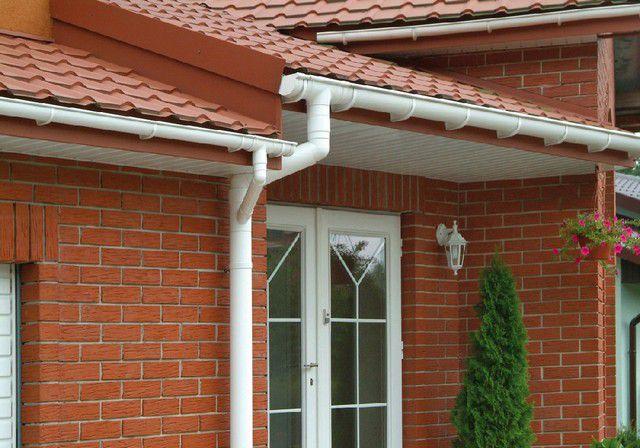 Ливневка начинается на крыше дома - с системы водостока