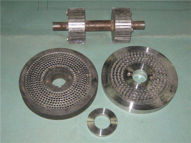 Главные детали гранулятора - матрица и дробящие ролики