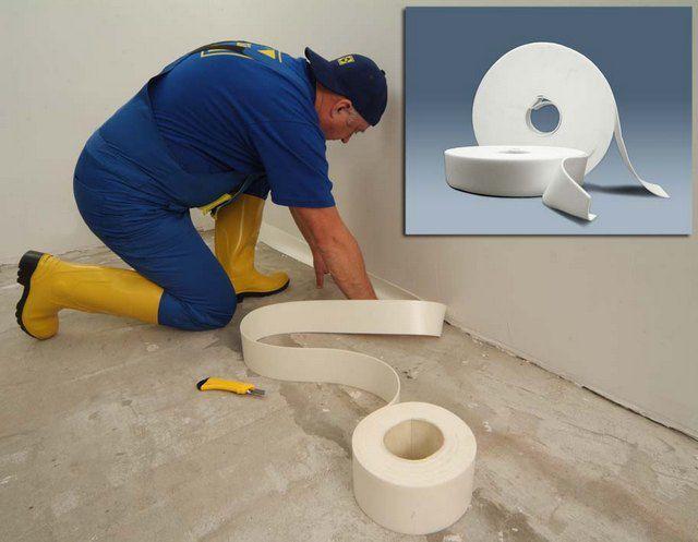 Демпферная лента - в рулоне и в процессе наклейки на стену