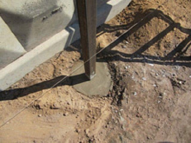 Установленный столбик залит бетоном
