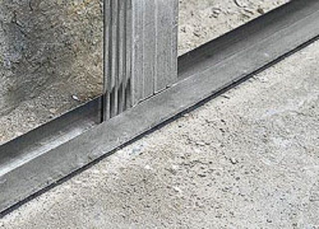 Очень удобно работать, если будут пущены горизонтальные направляющие вдоль пола и потолка