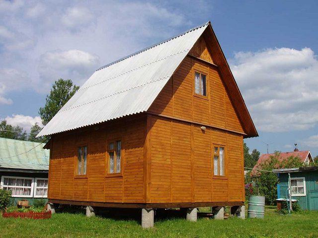Деревянный домик на кирпичном столбчатом фундаменте