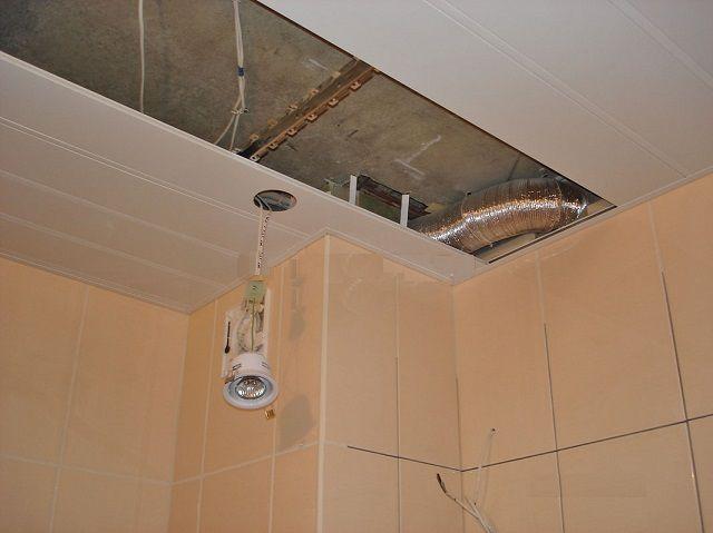 Подвесной потолок в ванной в процессе монтажа