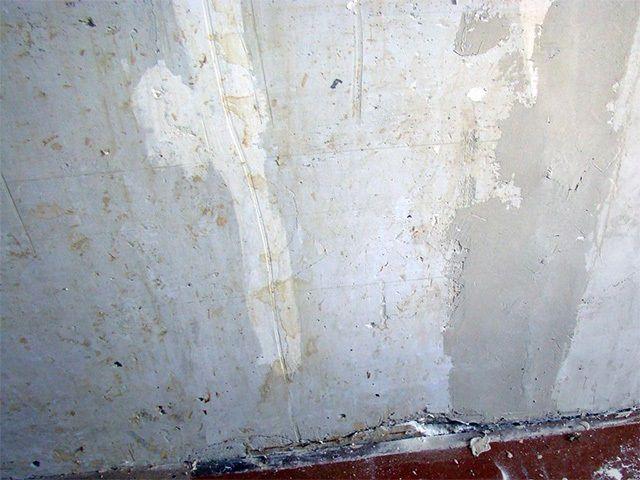Стена перед началом работ может иметь очень неприглядный вид