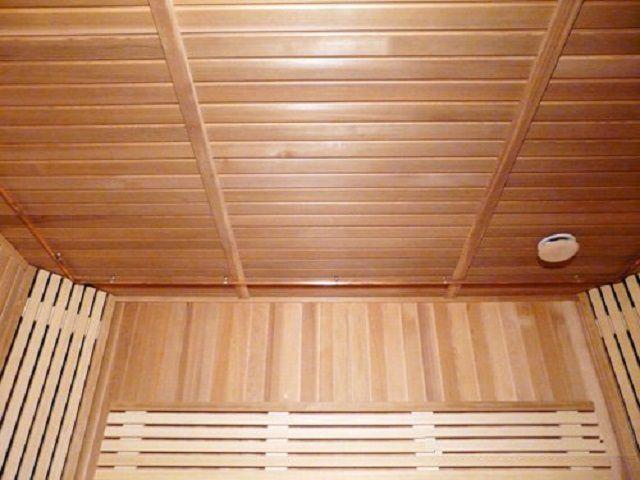 Иногда оптимальным решением становится укладка панельного потолка