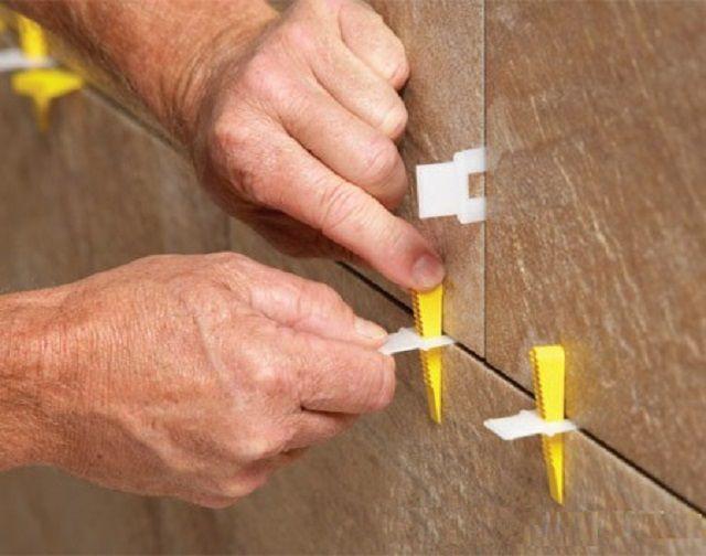 Использование прижимов на стене