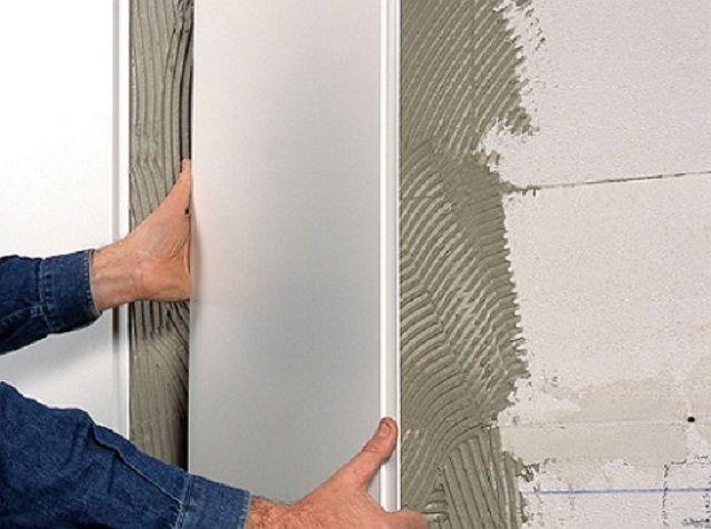 При ровных стенах ПВХ-панели можно монтировать на плиточный клей