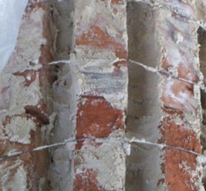 Промазка раствором стыков между кирпичами