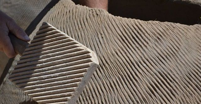 Уплотнение влажных глиняных стенок тандыра