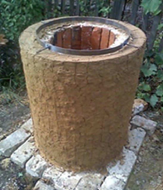 ... еще раз обмазывается глиной с установкой обруча на входном отверстии ...
