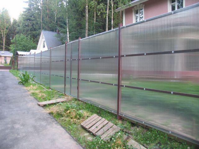 Забор из поликарбоната - легкий, но парусность имеет немалую!