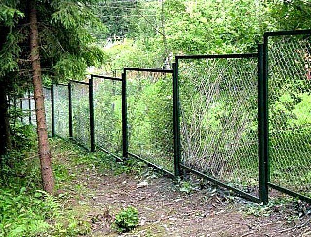 Забор из рамок с сеткой-рабицей