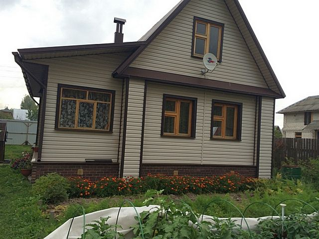 Такой аккуратный вид дом старой постройки приобретет только в том случае, если будет качественно смонтирована обрешетка под сайдинг