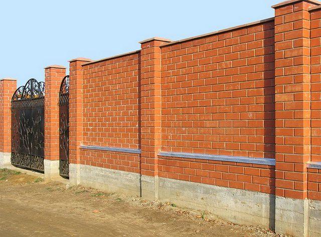Самый сложный в исполнении - кирпичный забор