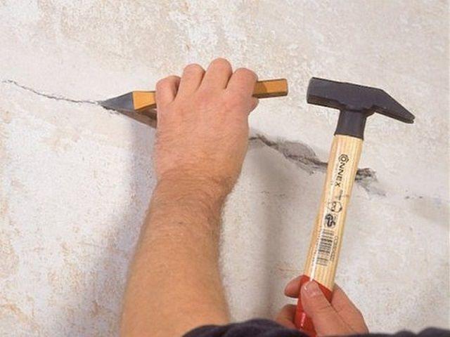 Разделка трещины перед заполнением ее ремонтной шпатлевкой