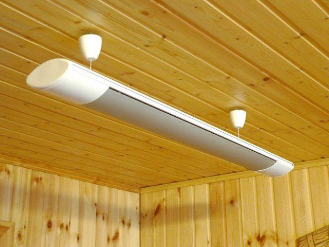 Потолочный инфракрасный обогреватель напоминает обычный светильник