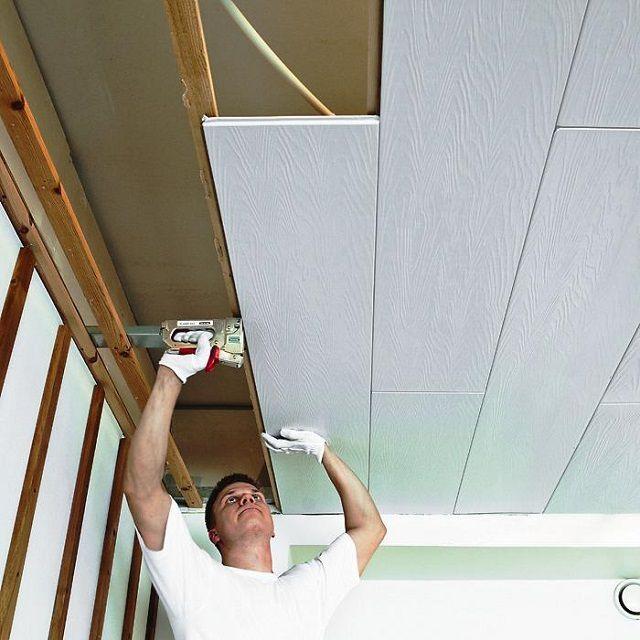 Потолок можно отделать пластиковыми панелями