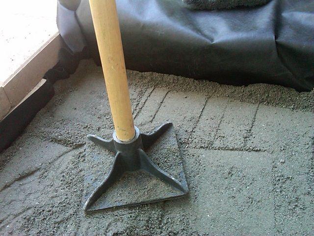 Трамбовка цементно-песчанной смеси