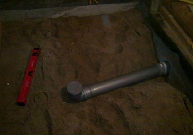 Сточная труба заранее подводится к выбранному месту