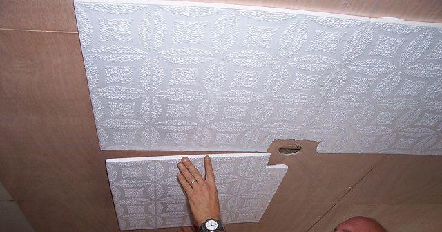 Монтаж плиток обычно ведут от центра (от люстры) к стенкам