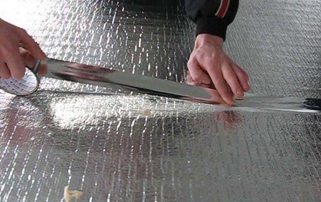 Герметизация стыков фольгированного утеплителя