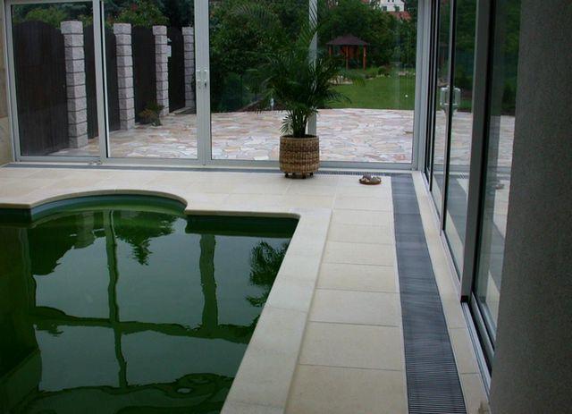 Помещение бассейна с тепловой завесой вдоль остекленной стены