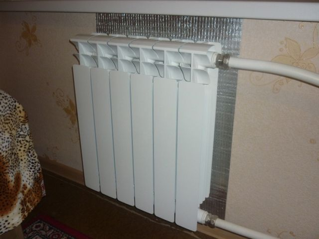 Термоотражающий экран за радиатором отопления