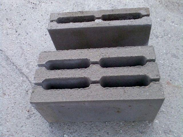 Шлакоблоки, у которых предусмотрены канавки для укладки арматуры