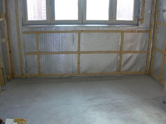 Термоизоляционный материал, закрепленный на стенах