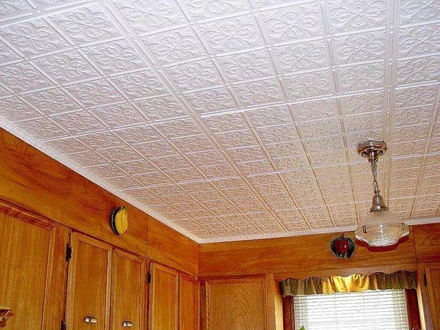 Потолок, облицованный пластиковыми плитками
