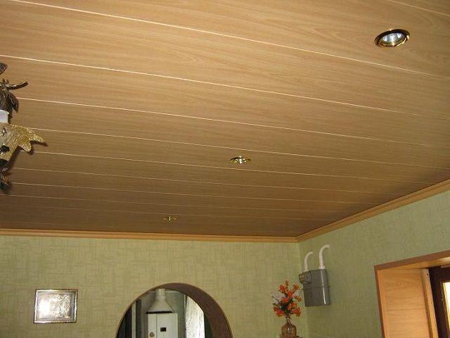 Потолок, обшитый вагонкой, смотрится очень красиво