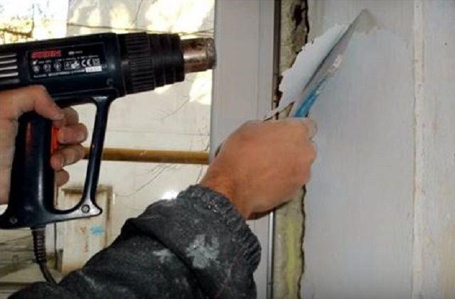 Снятие старой краски с помощью шпателя и строительного фена