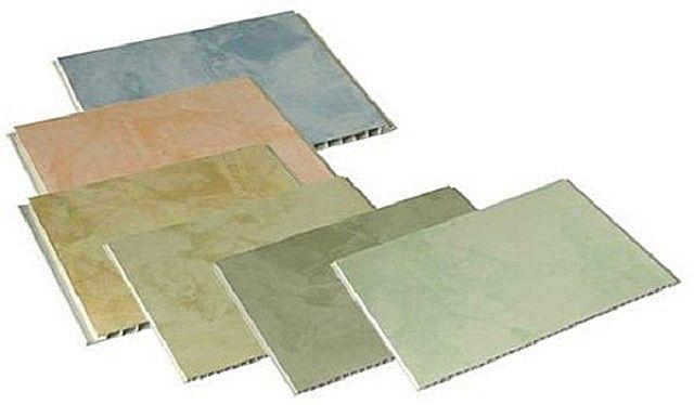 Несколько образцов пластиковых потолочных панелей