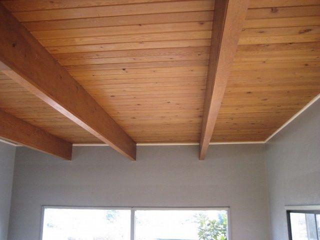 Панели потолка могут собираться внизу, а затем подниматься и крепиться к балкам перекрытия