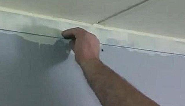 Отбивка линии для крепления  на стене уголкового профиля