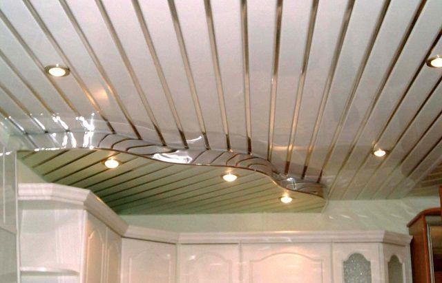 Очень красиво смотрятся потолки реечного типа