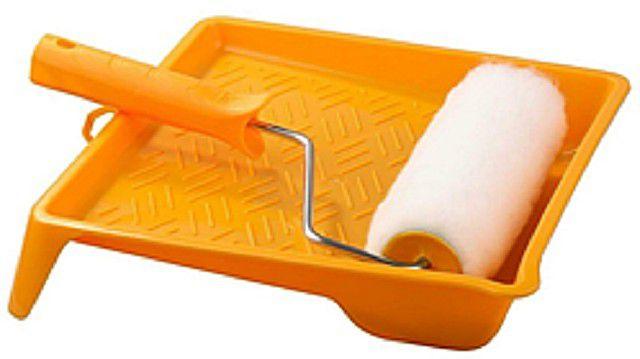 Для нанесения грунтовки удобнее всего пользоваться валиком и малярной ванночкой