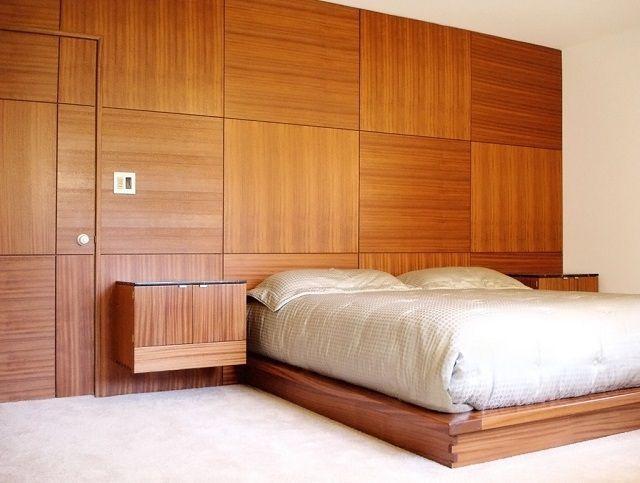Спальня, отделанная деревянными панелями
