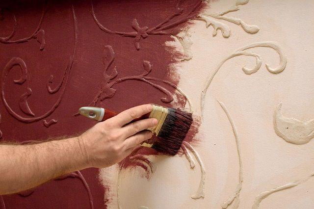 Затем производят полную окраску всей стены выбранным цветом