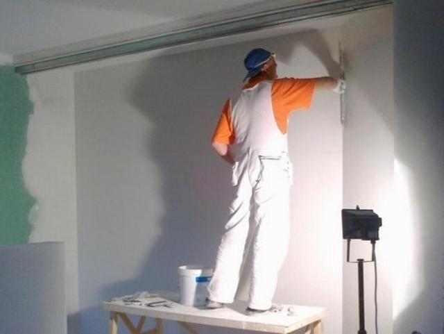 Тонкий финишный слой должен окончательно скрыть все неровности стены.