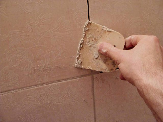 Достаточно качественную затирку можно приготовить и из обычной глины