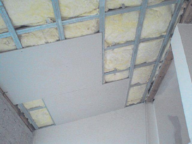 В завершение потолок обшивается вагонкой или гипсокартоном