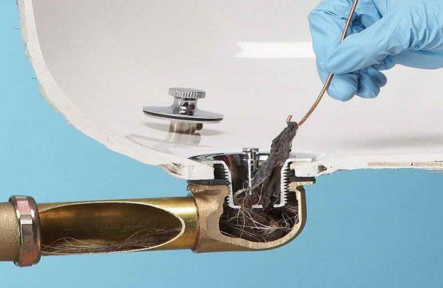 Грязь и скопившиеся волокна подцепляются крючком и извлекаются наружу