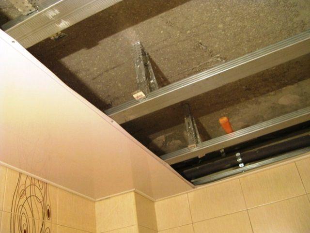 Монтаж панелей ПВХ на потолочный каркас