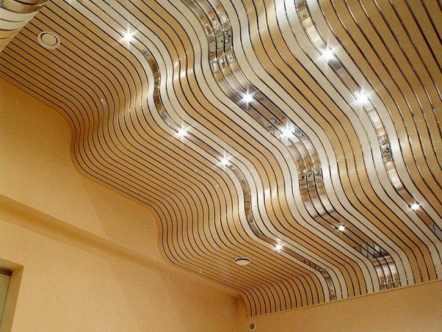 Некоторые рейки позволяют выполнять криволинейные изгибы потолочной поверхности