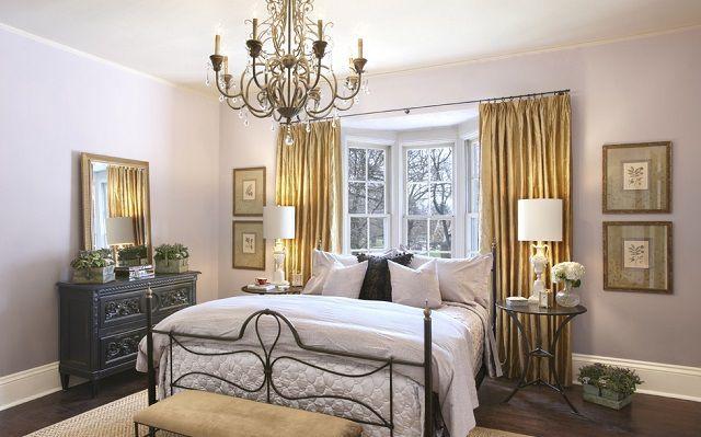Плохое расположения с точки зрения «фен-шуй», так как в оформлении этой спальни нарушено несколько правил - это массивная люстра над кроватью и окно в ее изголовье
