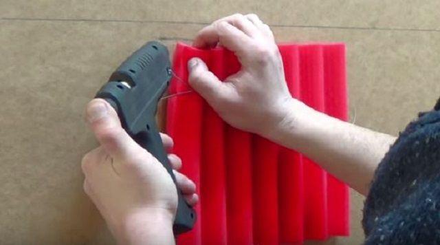 Приклеивание поролона с использованием силиконового термо-пистолета