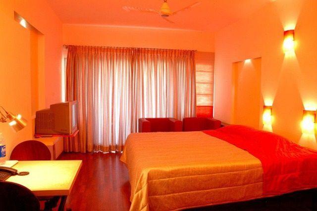 Полностью оранжевое помещение - это с точки зрения «фен-шуй» неважное оформление для спальни, так как достаточно высокая «агрессивность» цвета не создаст благоприятной обстановки для отдыха